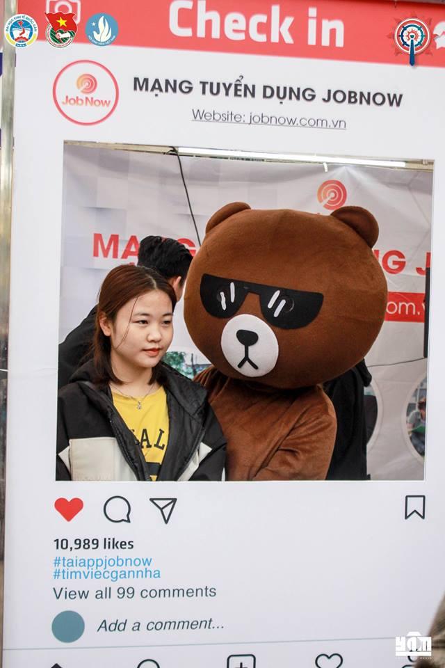 Chụp hình cùng gấy lầy nhà JobNow tại sự kiện NEU Career Expo 2019
