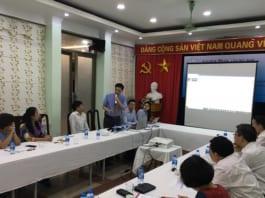 Trưởng phòng Truyền thông và Trưởng phòng dự án đang giới thiệu các tính năng của Cổng thông tin việc làm